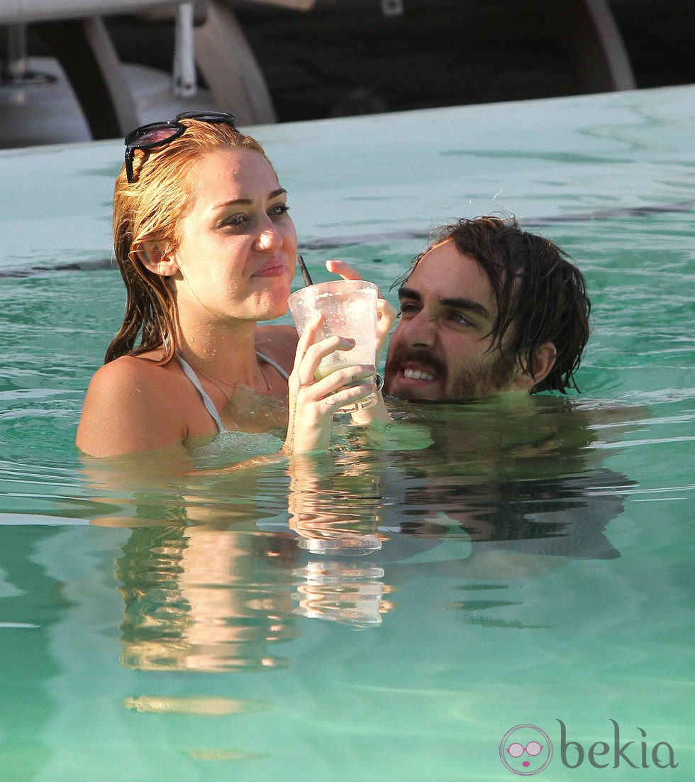 Miley cyrus en bikini se divierte en la piscina con un for Descuidos en la piscina
