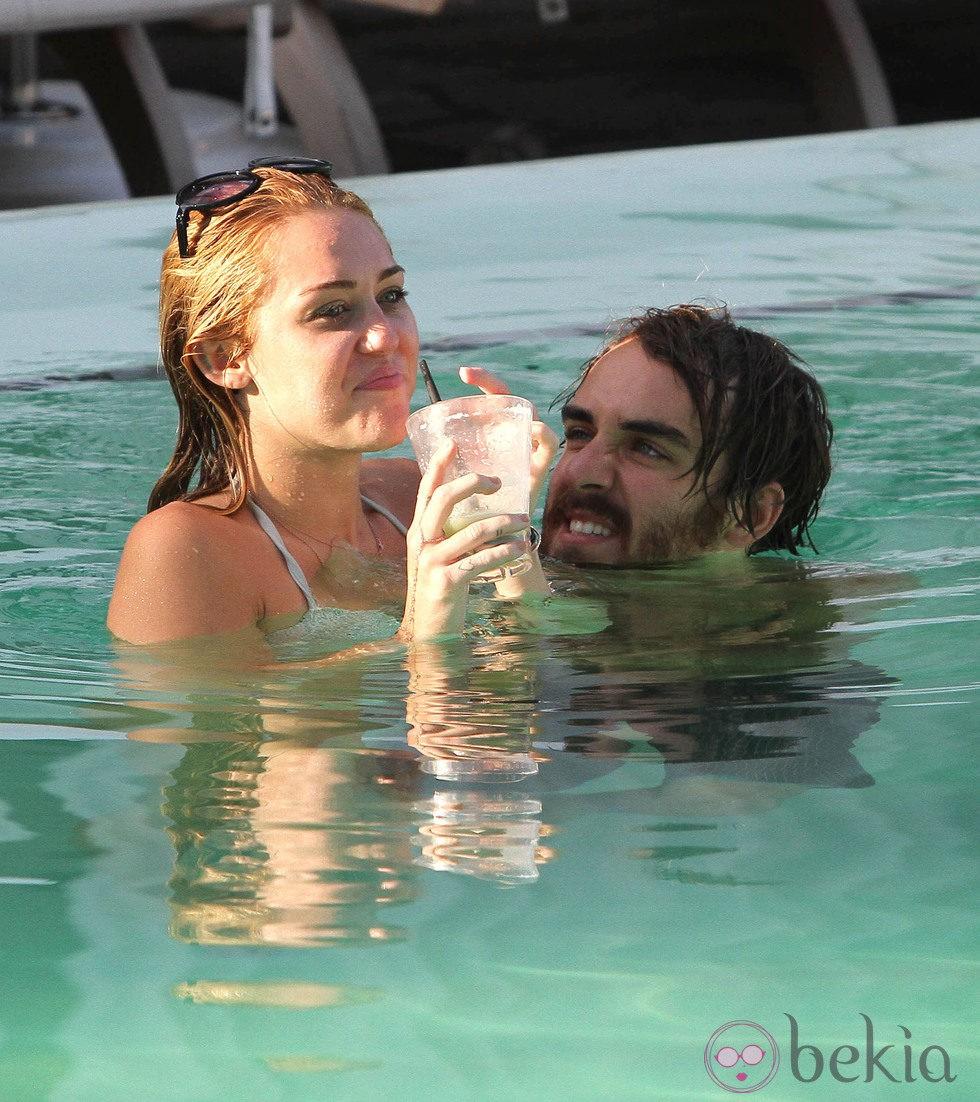 Miley cyrus en bikini se divierte en la piscina con un for Bikini piscina