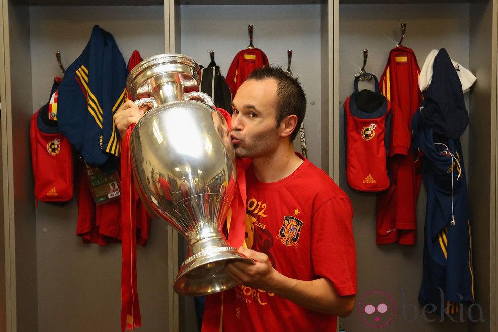Eurocopa 2012  24235_andres-iniesta-besando-copa-tras-victoria-espana-eurocopa-2012