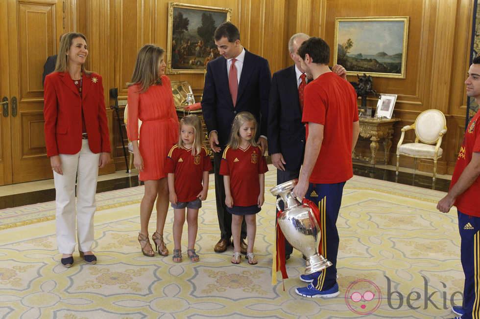 Recepción en Zarzuela a la Selección española 24263_iker-casillas-saluda-familia-real-espanola-recepcion-roja