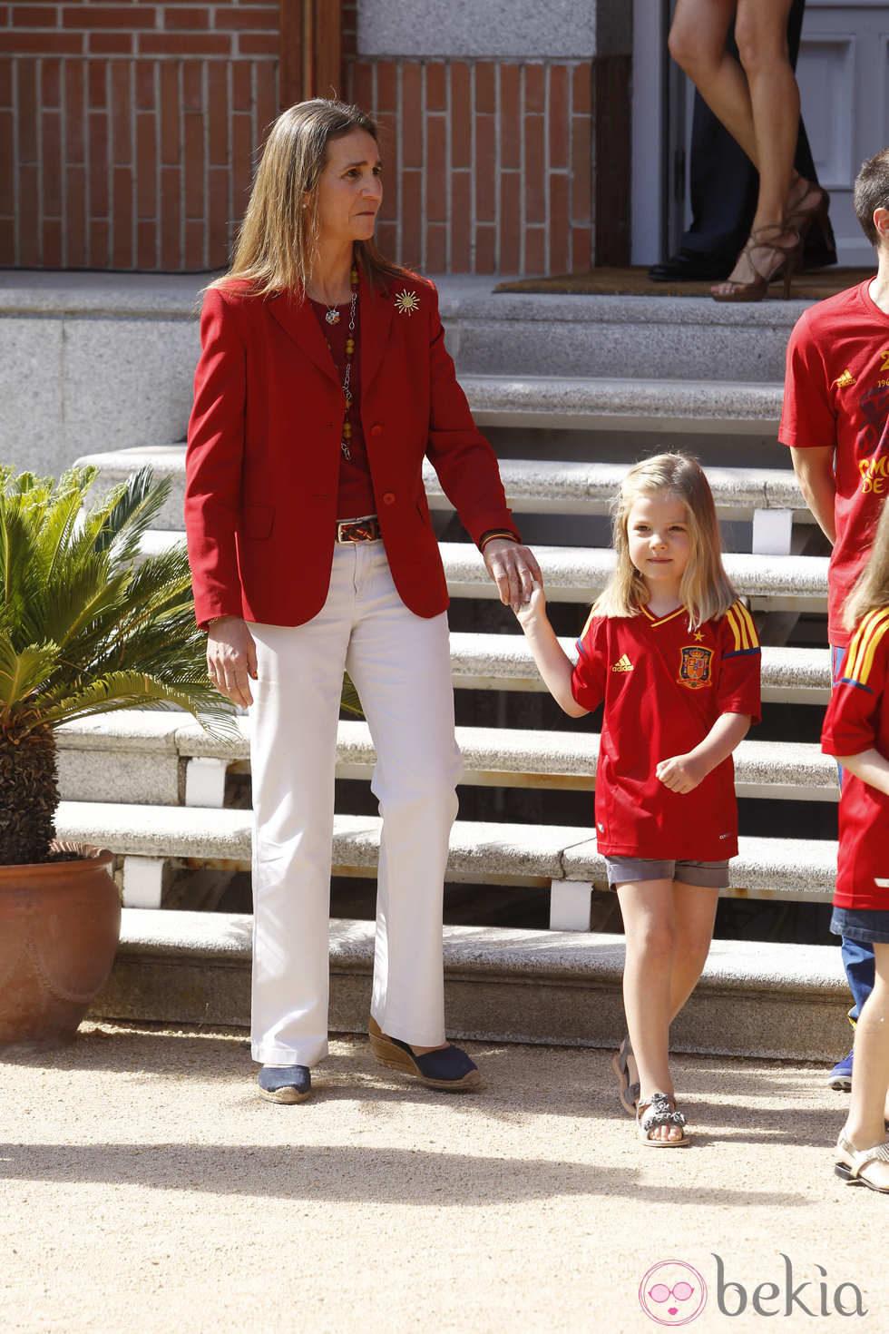 Recepción en Zarzuela a la Selección española 24264_infanta-elena-mano-infanta-sofia-recepcion-roja