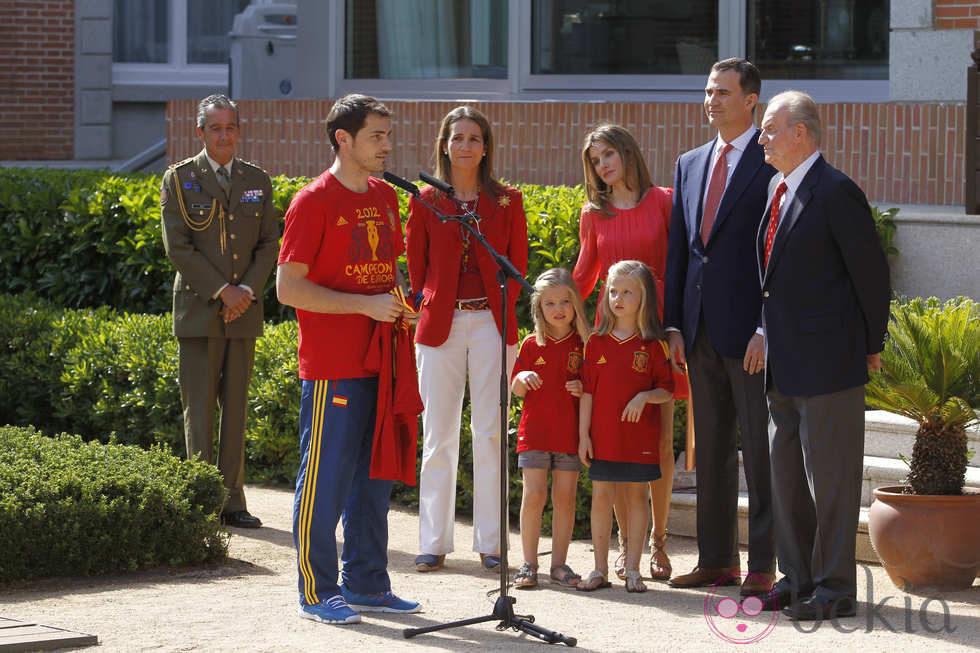 http://www.bekia.es/images/galeria/24000/24265_iker-casillas-habla-familia-real-recepcion-roja-zarzuela.jpg