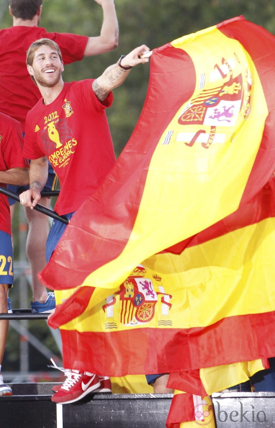 Eurocopa 2012  24340_sergio-ramos-agita-bandera-celebracion-madrid-eurocopa-2012