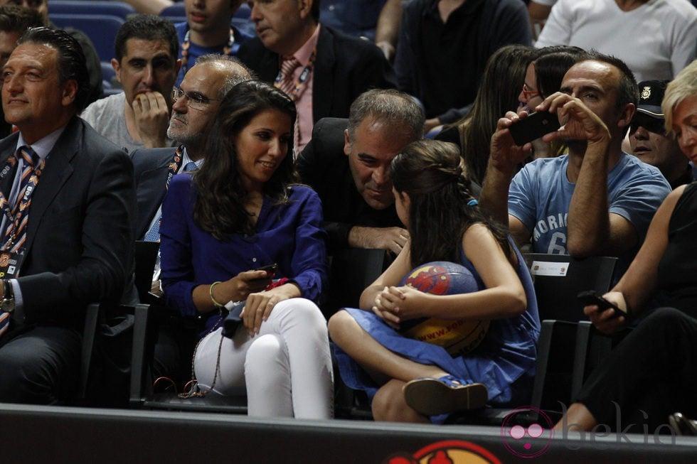 Ana Pastor y su marido Antonio García Ferreras viendo a la Selección de Baloncesto