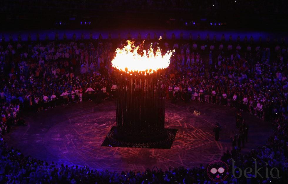 El pebetero olímpico encendido en el centro del estadio olímpico de Londres 2012