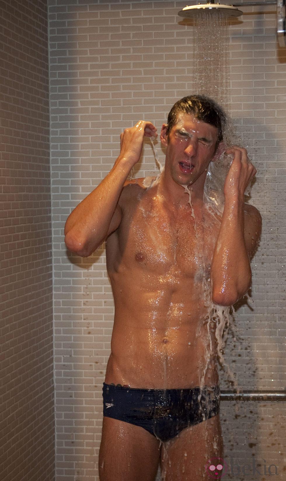 Michael Phelps duchándose