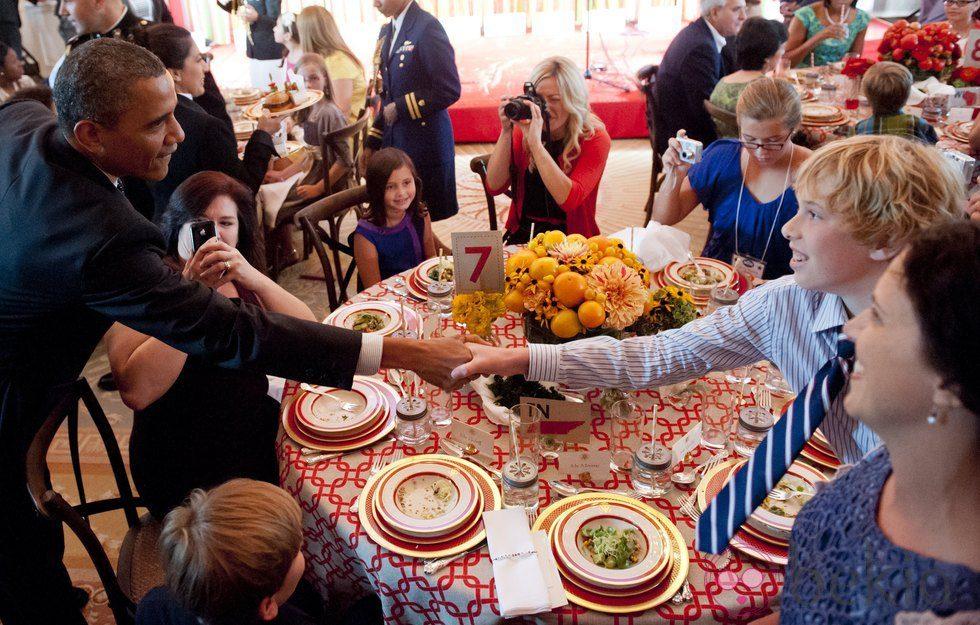 Barack obama saluda a los ni os invitados en la cena en la - Cenas faciles para invitados ...