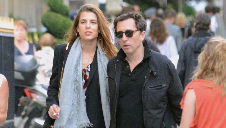 Carlota Casiraghi y Gad Elmaleh paseando por París