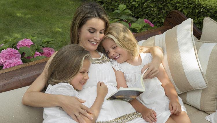La Princesa Letizia lee un cuento con sus hijas Leonor y Sofía