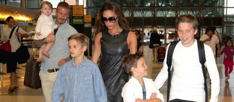 El matrimonio Beckham con todos sus hijos en el aeropuerto