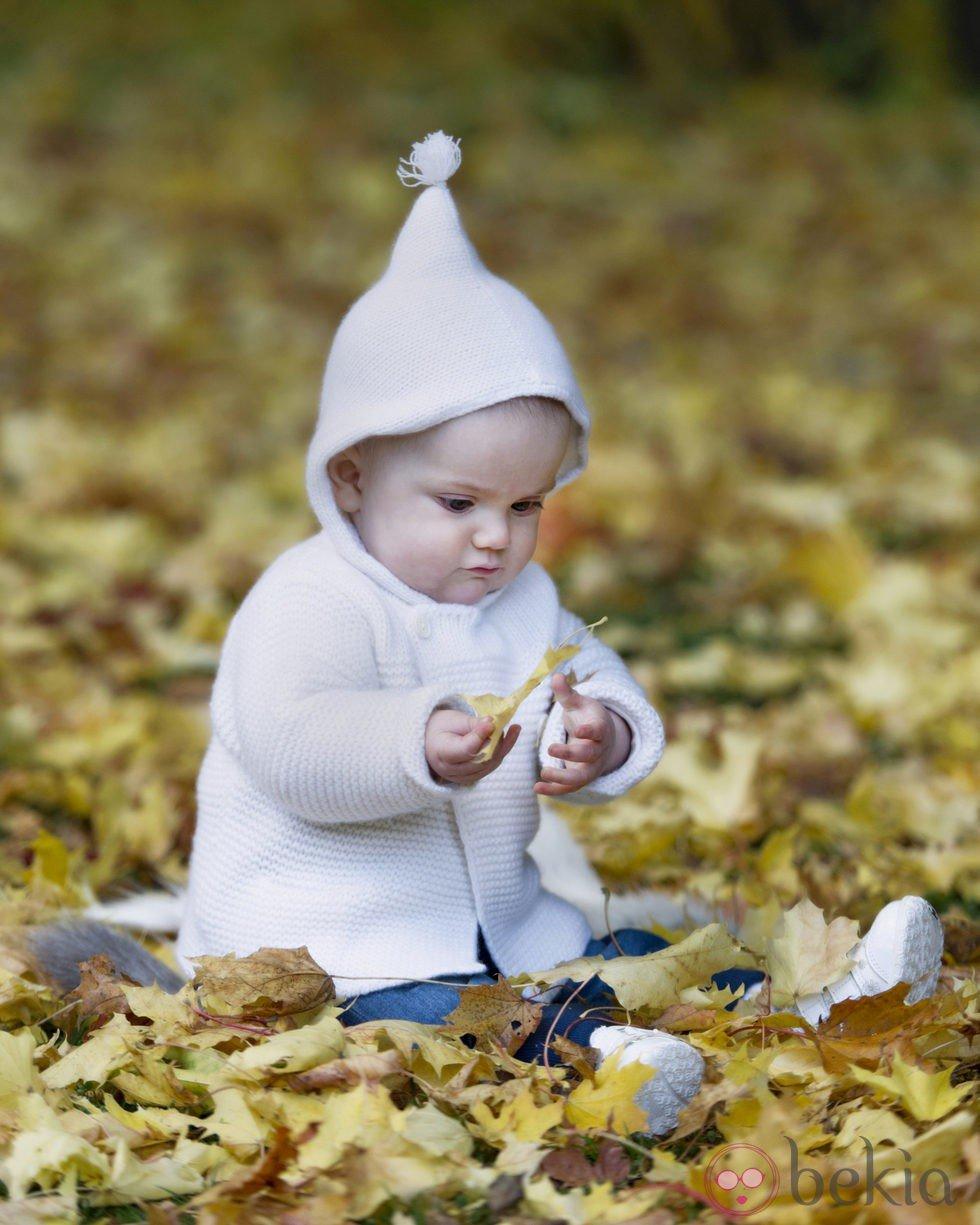 Estela de Suecia juega con unas hojas en el Palacio de Haga