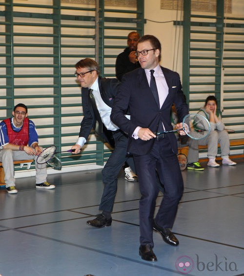 Daniel de Suecia jugando al badminton durante su visita a una escuela