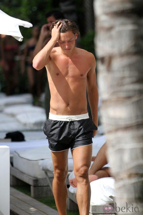 Mesut Ozil con el pecho desnudo