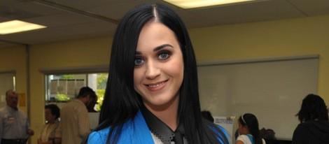 Katy Perry sonriente mientras vota a favor de Barack Obama