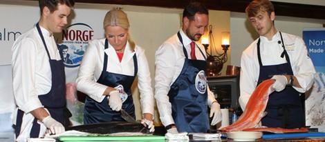 Haakon y Mette-Marit de Noruega cortando pescado en Indonesia