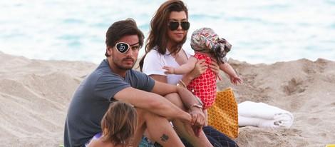 Kourtney Kardashian y Scott Disick disfrutan de un día en la playa