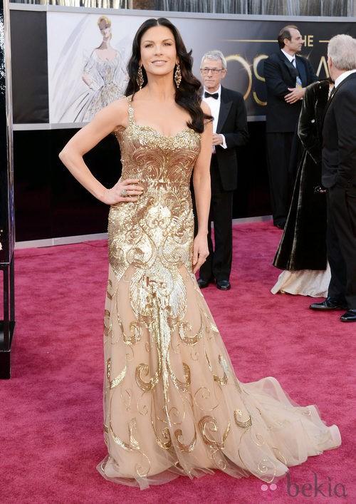 Catherine Zeta Jones en la alfombra roja de los Oscar 2013