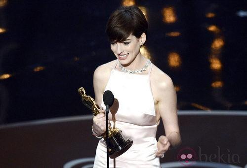 Anne Hathaway recoge el Oscar 2013 a Mejor actriz de reparto