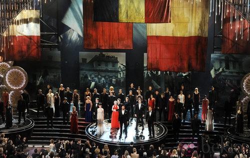 El equipo de 'Los Miserables' durante la ceremonia de los Oscar 2013
