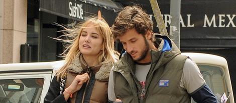 Alba Carrillo y Feliciano López paseando por las calles de Madrid