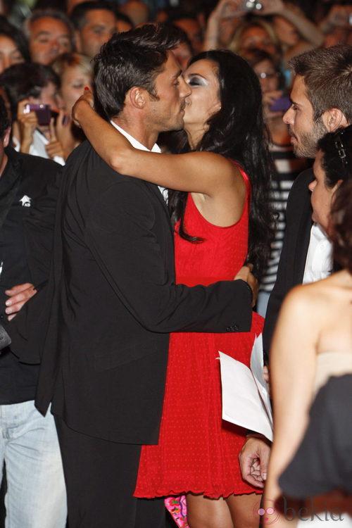 Rubén Sanz y Guadalupe Lancho se besan en el estreno de 'Lo contrario al amor' en Madrid