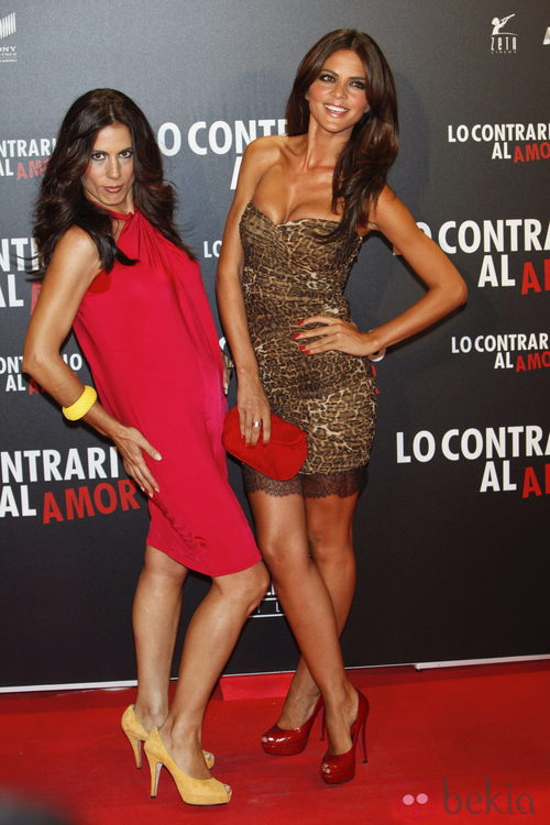 Una divertida Alicia Senovilla y Romina Senovilla en el estreno de 'Lo contrario al amor'