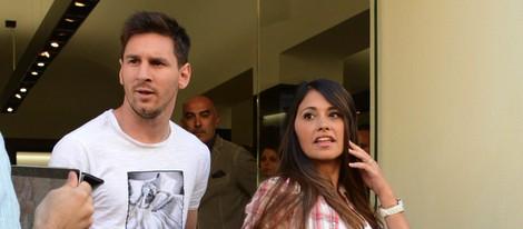 Leo Messi y Antonella Roccuzzo, de compras por Milán