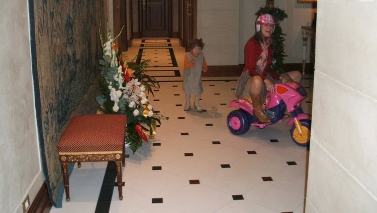 41159_princesa-letizia-montada-triciclo-perseguida-sobrina-carla_m.jpg