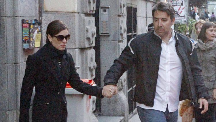 Raquel Sánchez Silva sale de su casa tras conocer la muerte de su marido