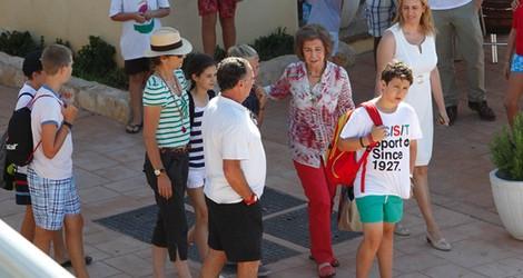 HISTORIAS DE MARIVENT 44732_infanta-elena-reina-sofia-nietos-club-nautico-cala-nova-mallorca_m