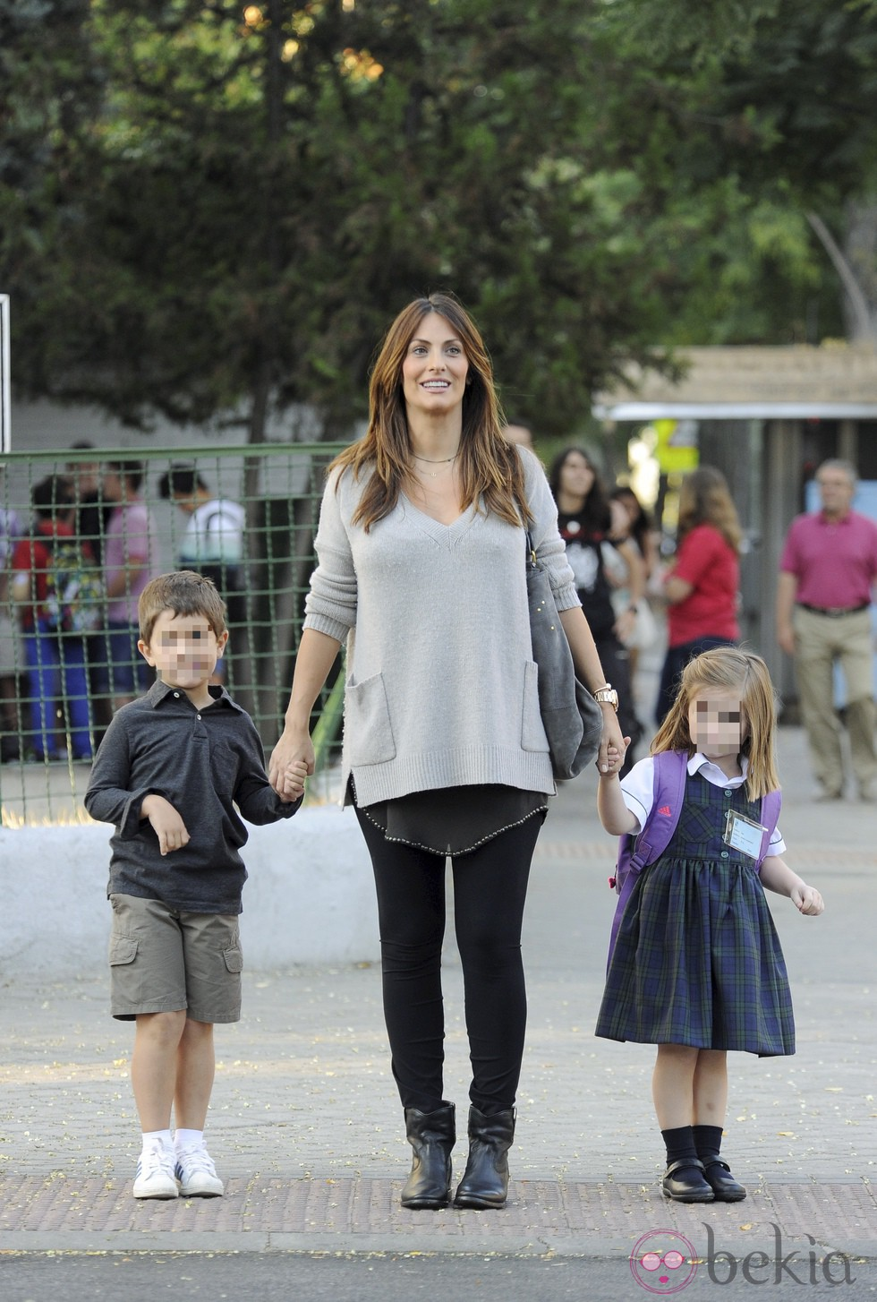 Nagore Aramburu acompaña a sus hijos en el primer día de colegio