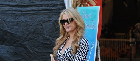 Paris Hilton posa con su calabaza en el Mr. Bones Pumpkin Patch de Los Angeles