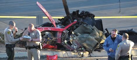 Varios policías junto al coche destrozado en el que viajaba Paul Walker
