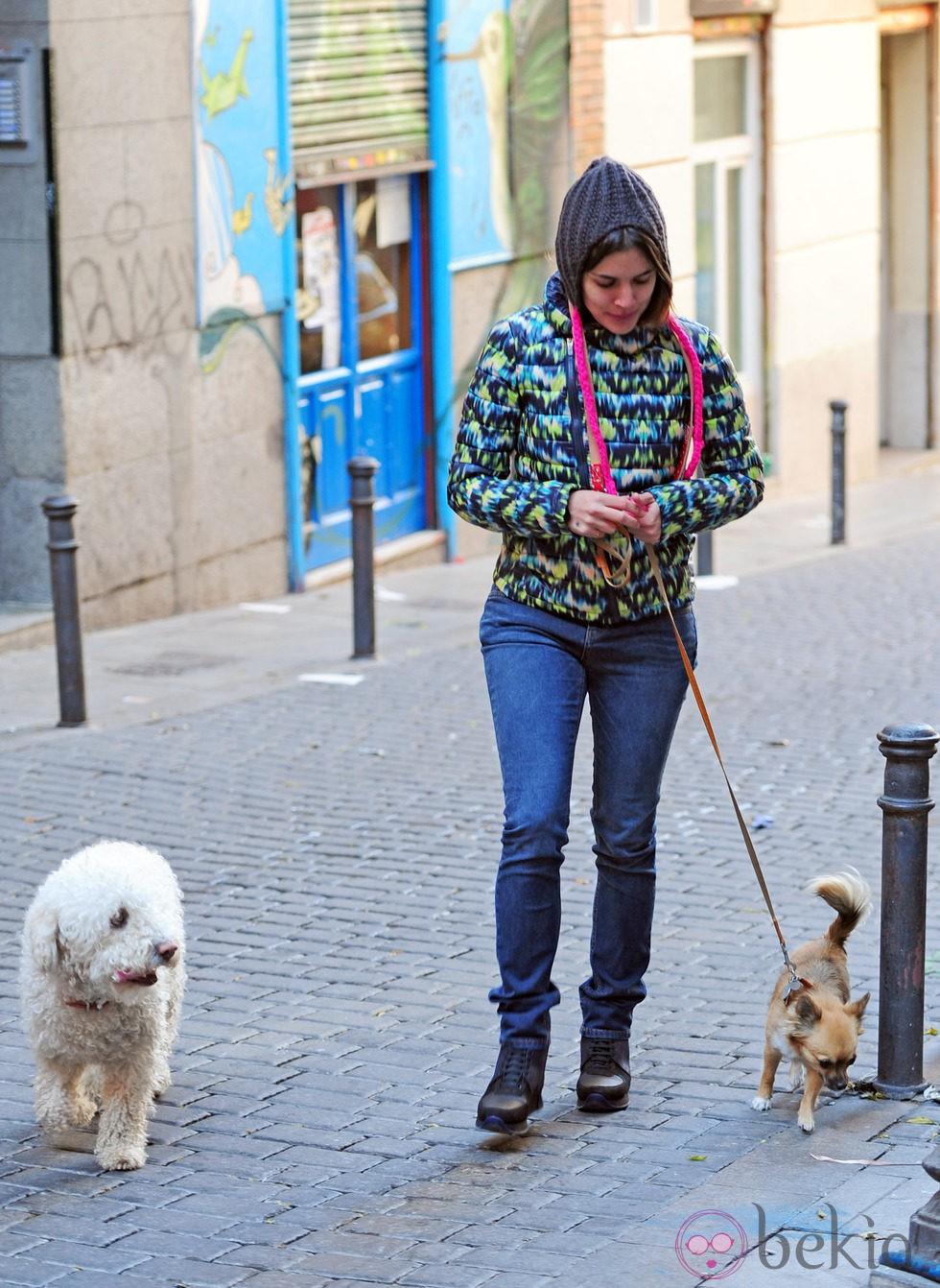 Adriana Ugarte paseando a los perros por Madrid