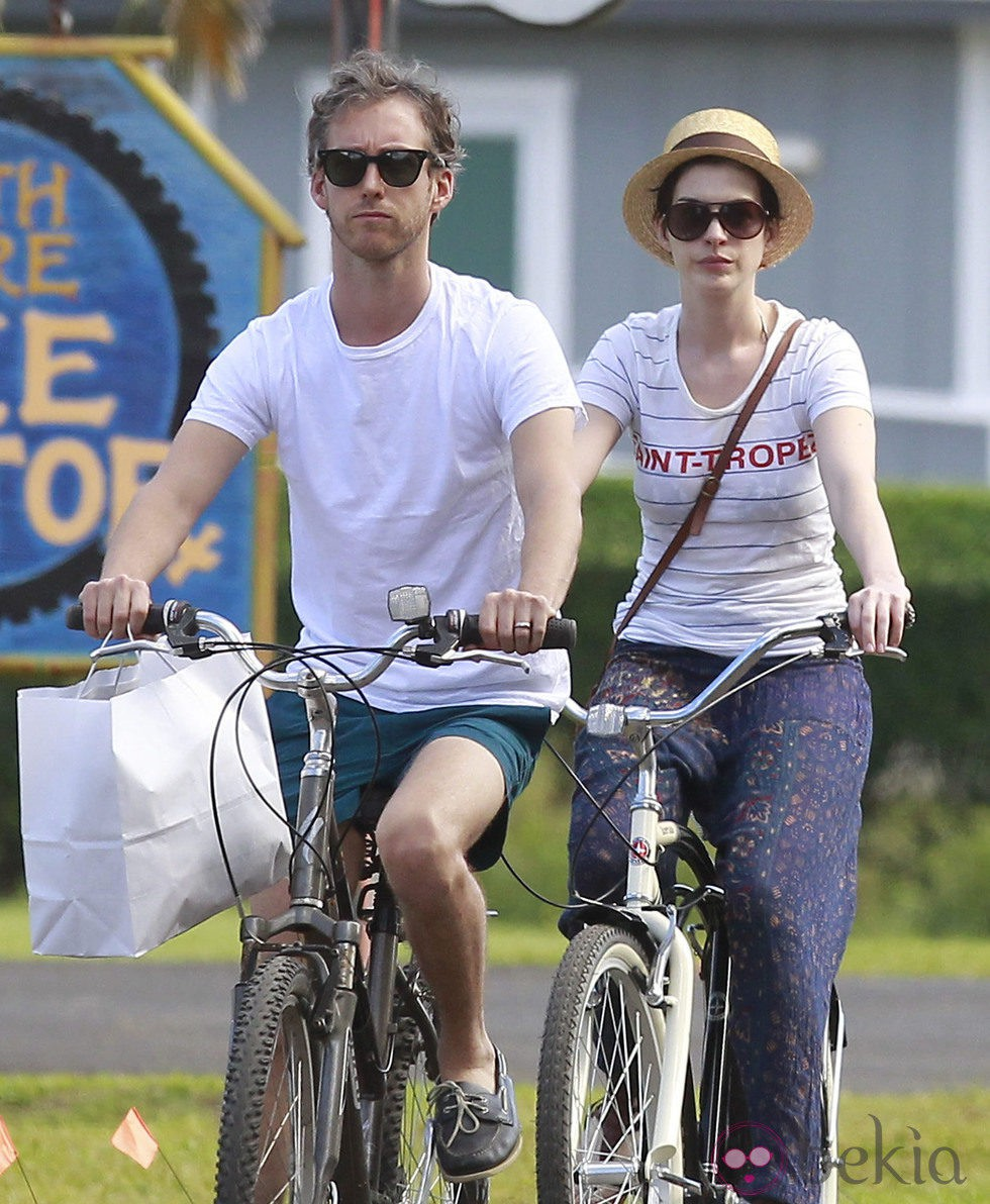 Anne Hathaway Paseando En Bici Por Hawaii Con Su Marido