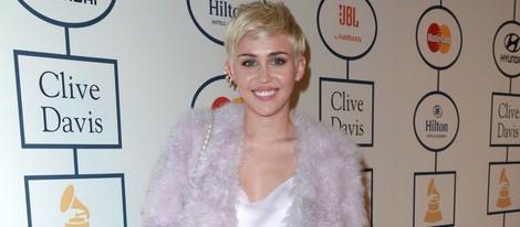 Miley Cyrus se mete en la cama desnuda con dos hombres mostrando un