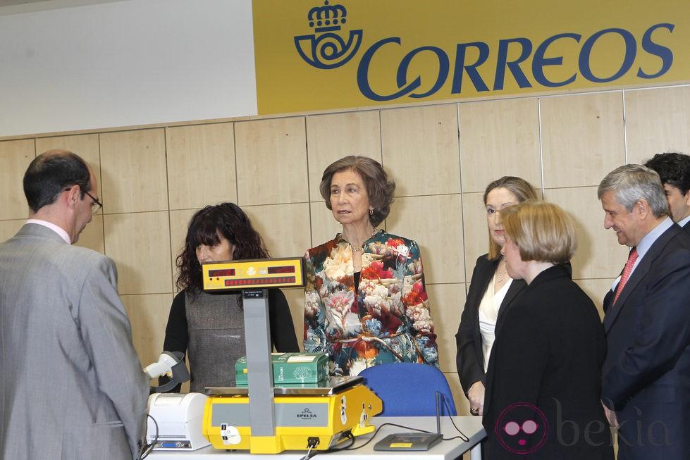 La reina sof a visita una oficina de correos en madrid for Oficina central de correos madrid