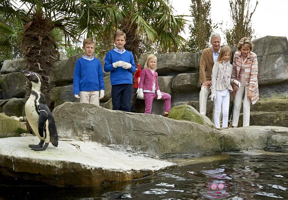 60973_reyes-felipe-matilde-belgica-hijos-observando-pinguinos.jpg