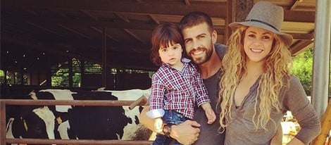 Gerard Piqué y Shakira con MIlan en el campo