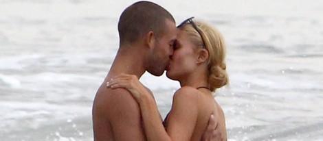 Paris Hilton besa a un misterioso hombre en Malibú