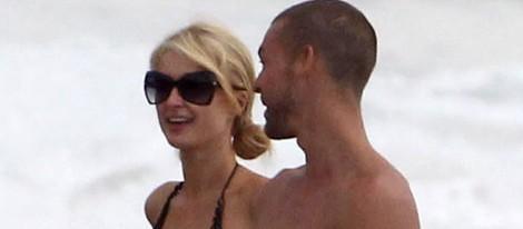 Paris Hilton luce su espectacular cuerpo junto a un misterioso hombre en Malibú