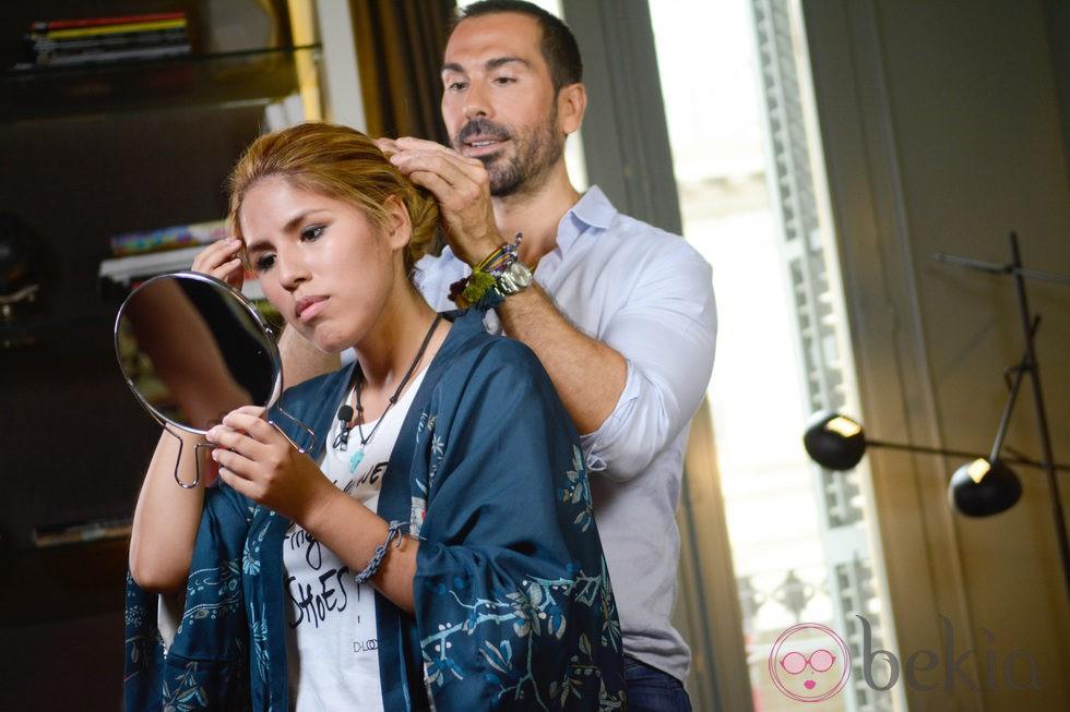 Manuel Zamorano maquillando a Chavelita.