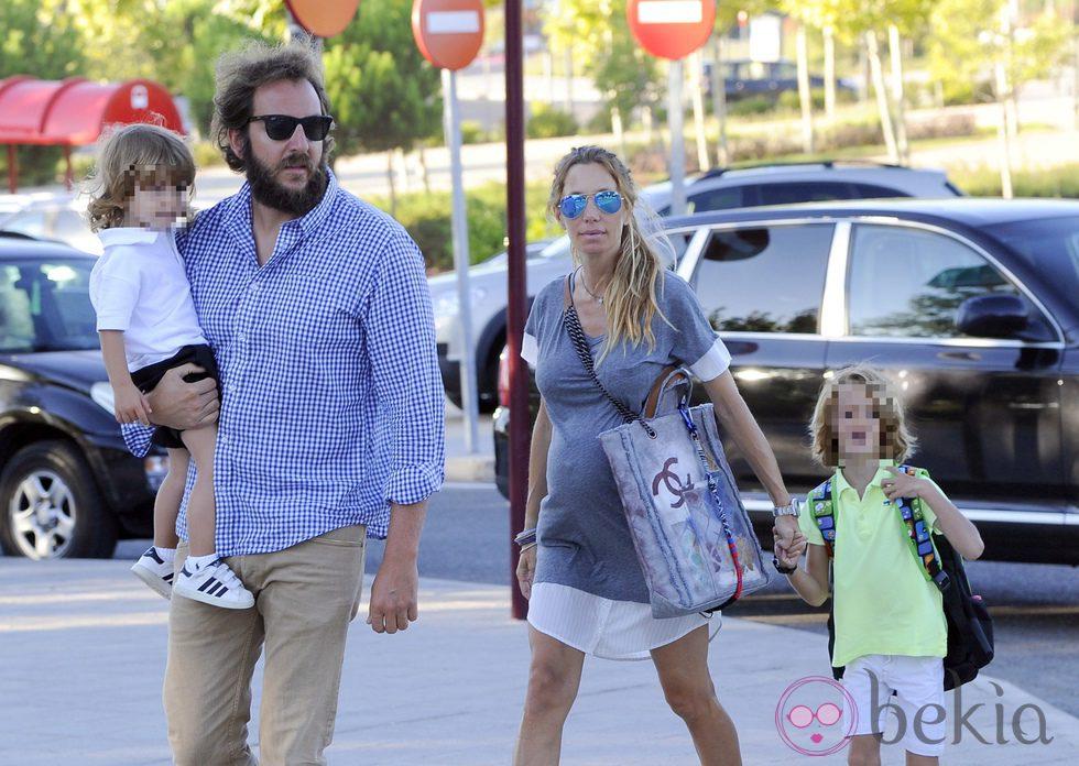 Borja thyssen y blanca cuesta llevan a sus dos hijos al for Blanca romero y sus hijos