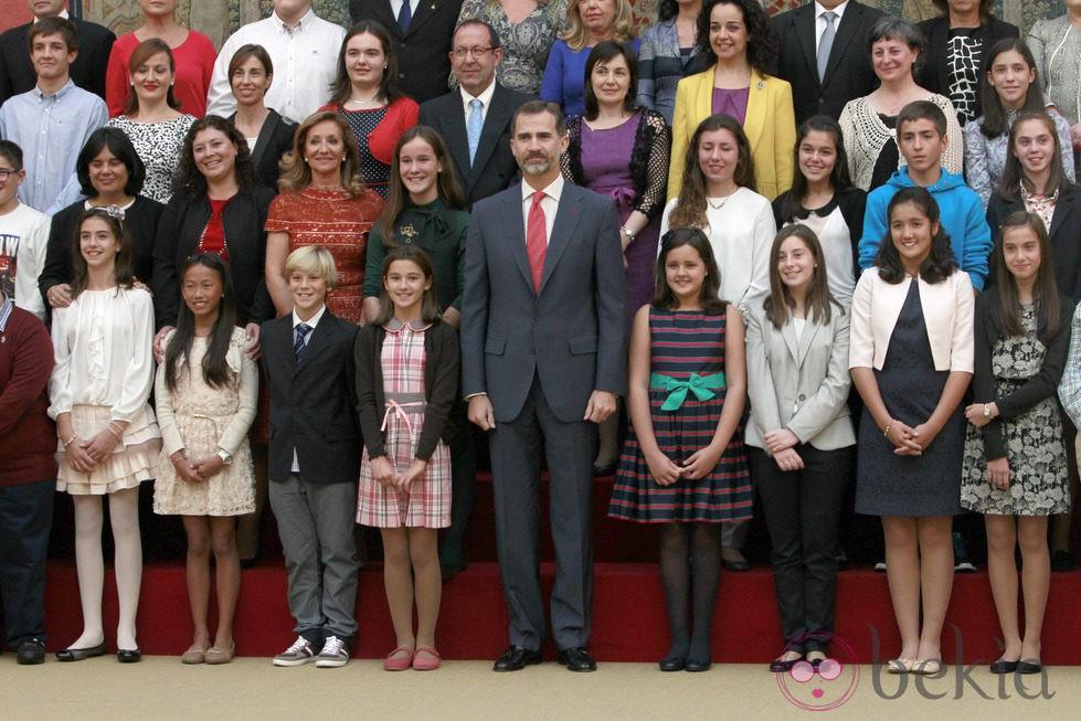 El Rey Felipe por primera vez con los ganadores del concurso '¿Qué es un Rey para ti?'