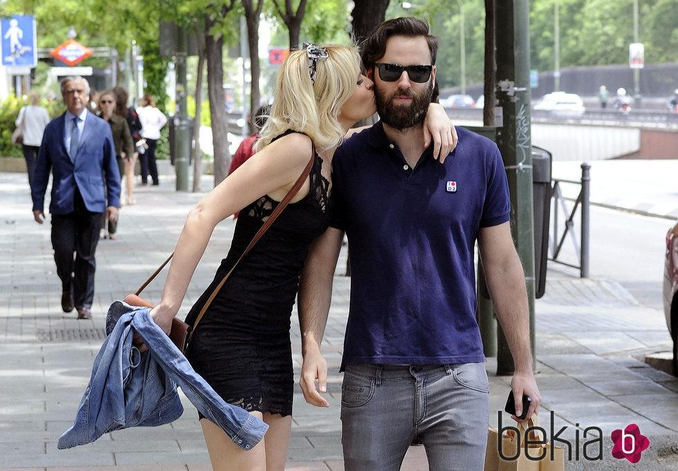 besando marido