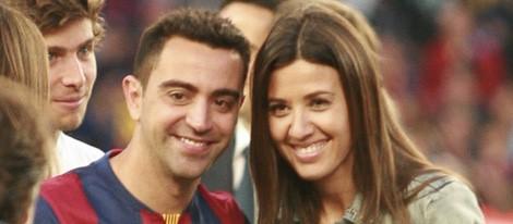 Xavi Hernández con Nuria Cunillera en su despedida como jugador del Barça - 75250_xavi-hernandez-nuria-cunillera-despedida-jugador-barsa_m