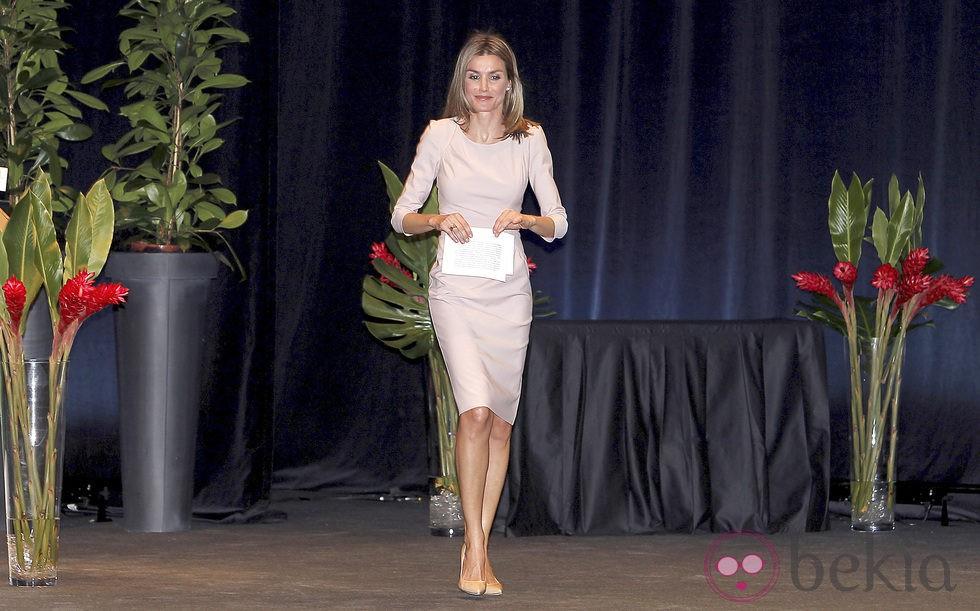 Princess Letizia in a pink dress suit in the awards' Life V'de