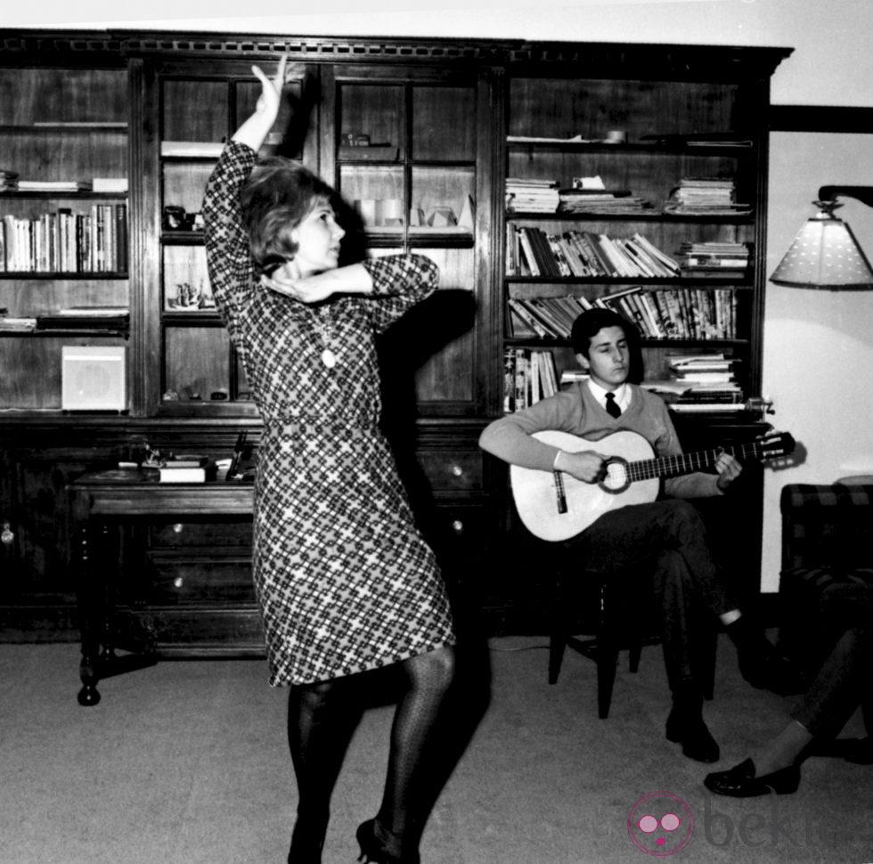 http://www.bekia.es/images/galeria/8000/8873_cayetana-de-alba-y-alfonso-martinez-de-irujo-en-el-palacio-de-liria-en-1966.jpg
