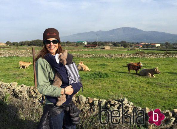Raquel Sánchez Silva en el campo con uno de sus mellizos: Fotos en