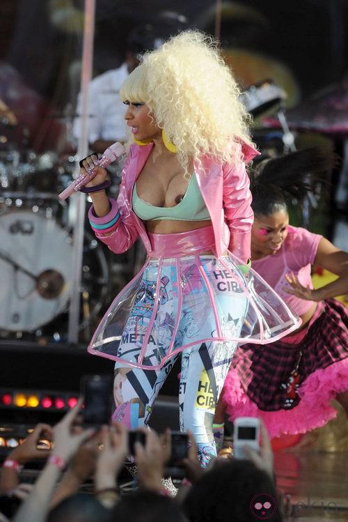 Descuidos de famosas: Nicki Minaj enseña el pecho durante un concierto